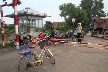 Phan luong phuong tien qua song Hoa sau sat lo - Anh 1