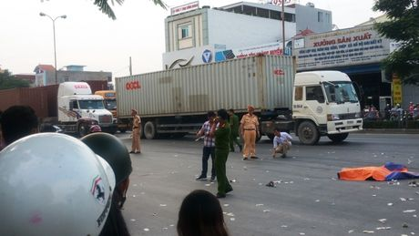 2 anh em di dam ma ve chet tham duoi banh xe container - Anh 1