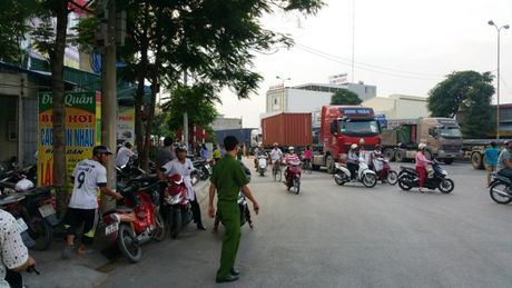 2 anh em di dam ma ve chet tham duoi banh xe container - Anh 2