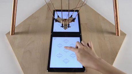 "Xem robot co the choi game voi con nguoi qua iPad, ""gian lay"" va chup anh tu suong dang Instagram - Anh 2"