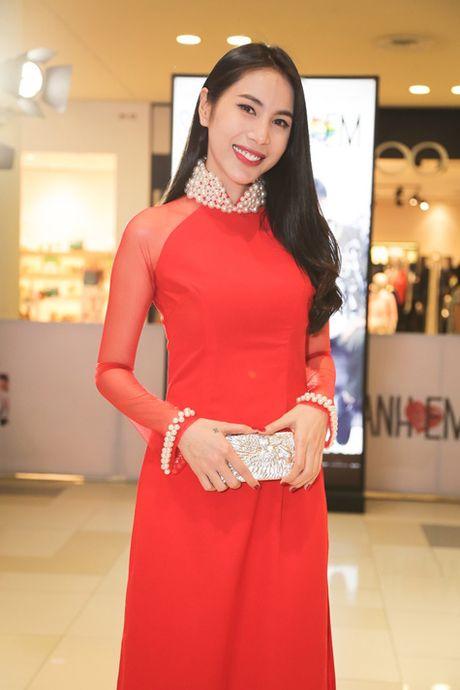 Chan khoe noi y, Ngoc Trinh 'hoa' gai ngoan dien ao dai duyen dang - Anh 6