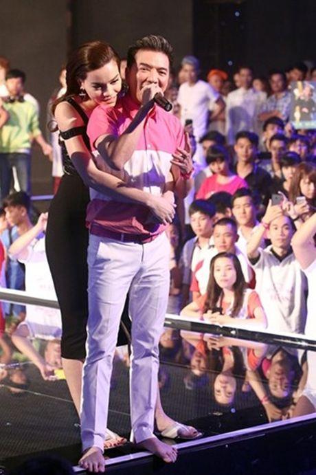 Dai gia kim cuong phan ung the nao khi Ha Ho lien tuc om hon trai la? - Anh 4