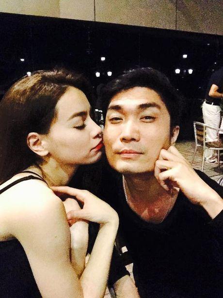 Dai gia kim cuong phan ung the nao khi Ha Ho lien tuc om hon trai la? - Anh 6