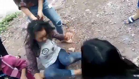 Phan no voi doan clip 2 nu sinh Nghe An bi danh hoi dong - Anh 4