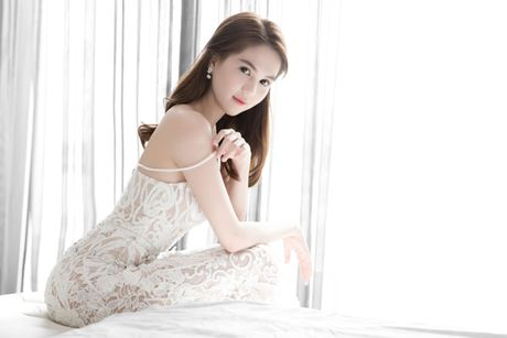 Tin hot Showbiz: Ngoc Trinh, Ha Ho khoe dang quyen ru - Anh 1