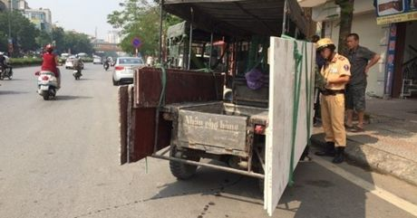 CSGT Ha Noi manh tay xu ly xe cho hang cong kenh - Anh 1