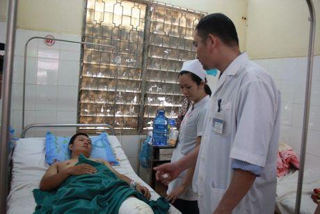 Bi tan cong bang 'mua gach', hai CSGT trong thuong - Anh 1