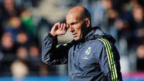 Zinedine Zidane con dung 4 cau thu Real de tap luyen - Anh 1