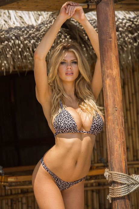 Charlotte McKinney - fan nu Chelsea tung anh nong, 'dot mat' nguoi xem - Anh 10