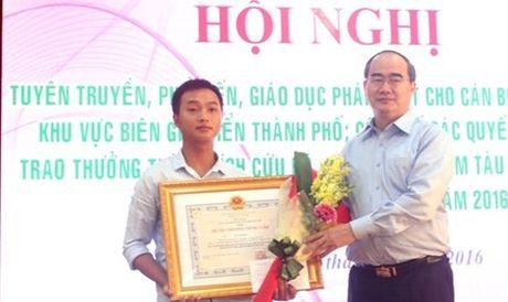 Tang Huan chuong Dung cam cho thuyen vien cuu nguoi vu chim tau Thao Van 2 - Anh 1