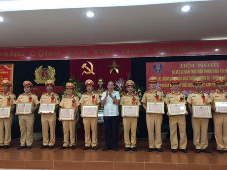 Gan 10.000 guong tot CSGT sau 3 nam phat dong thi dua - Anh 1