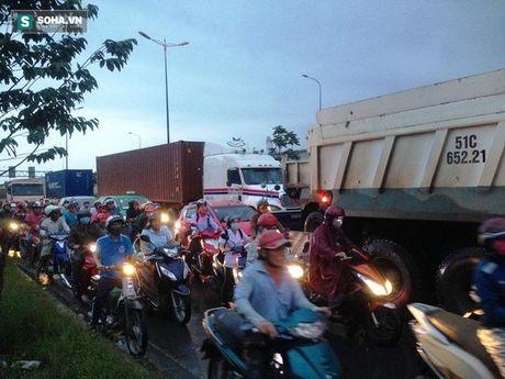 Lien tiep tai nan, hang tram phuong tien o xa lo Ha Noi ket cung - Anh 5
