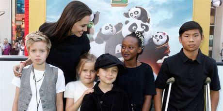 Angelina Jolie va con cai phai dieu tri tam ly sau khi chia tay Brad Pitt - Anh 1