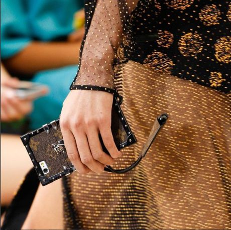 Do hieu Louis Vuitton, gio phai dung case dien thoai moi la chat! - Anh 3