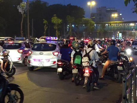 Ha Noi: Tac nghen kinh hoang tai duong Tran Quoc Hoan - Anh 4