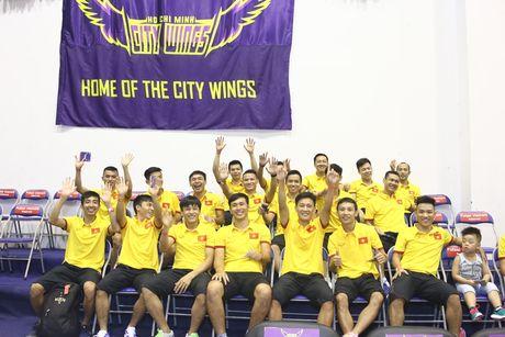 Bau Tu dan DT futsal Viet Nam co vu cho doi bong ro HCMC Wings - Anh 1