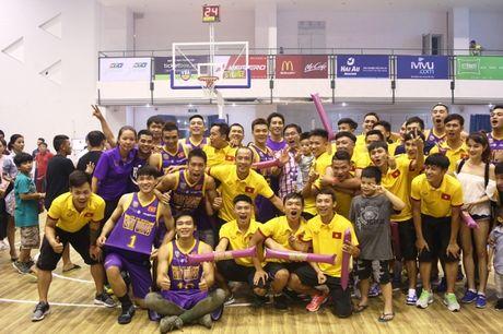 Bau Tu dan DT futsal Viet Nam co vu cho doi bong ro HCMC Wings - Anh 2