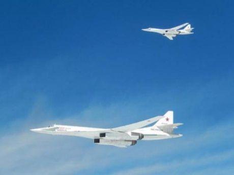 May bay NATO chan dau 2 may bay nem bom Nga - Anh 1