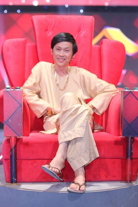 Hoai Linh deo vang day nguoi khi ngoi ghe nong - Anh 2