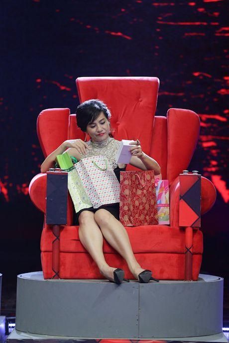 Hoai Linh deo vang day nguoi khi ngoi ghe nong - Anh 5