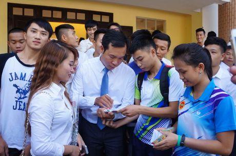 Sinh vien quay kin Hoang Xuan Vinh de chup selfie - Anh 2
