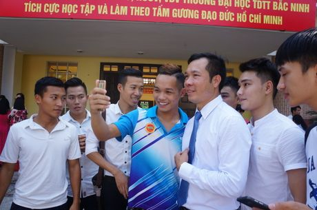 Sinh vien quay kin Hoang Xuan Vinh de chup selfie - Anh 5