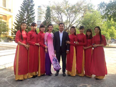 Sinh vien quay kin Hoang Xuan Vinh de chup selfie - Anh 7