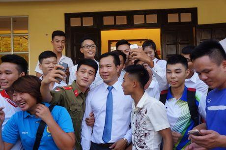 Sinh vien quay kin Hoang Xuan Vinh de chup selfie - Anh 8
