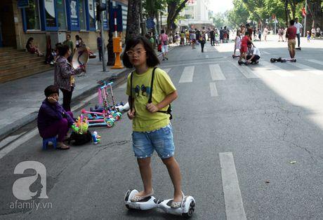 "Nguoi lon lan tre con thich thu ""bieu dien"" voi xe dien tu can bang tren pho di bo Ho Guom - Anh 11"