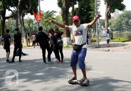 "Nguoi lon lan tre con thich thu ""bieu dien"" voi xe dien tu can bang tren pho di bo Ho Guom - Anh 3"