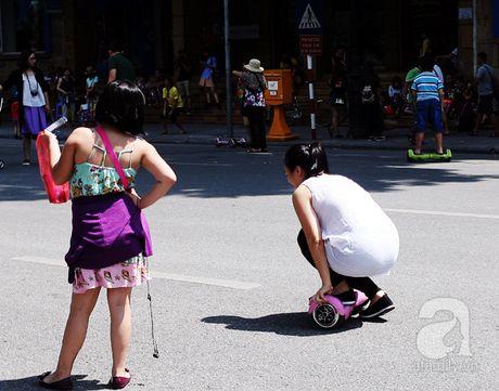 "Nguoi lon lan tre con thich thu ""bieu dien"" voi xe dien tu can bang tren pho di bo Ho Guom - Anh 5"