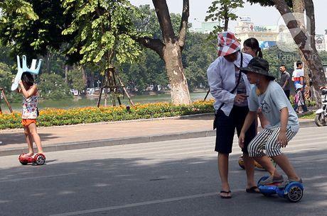 "Nguoi lon lan tre con thich thu ""bieu dien"" voi xe dien tu can bang tren pho di bo Ho Guom - Anh 7"