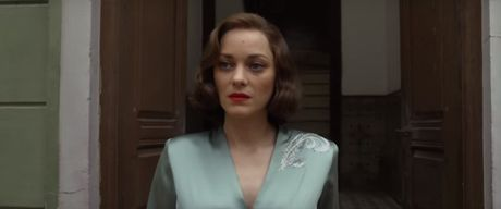 "Fan cua Angelina Jolie se ""tuc dien"" khi xem canh Brad Pitt om ap ""tinh tin don"" - Anh 1"