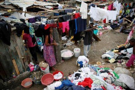 Bao manh khung khiep tan cong, gan 300 nguoi chet o Haiti - Anh 8