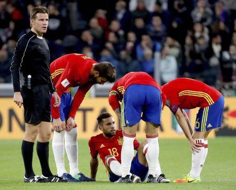 Jordi Alba chan thuong, Barca meo mat - Anh 1