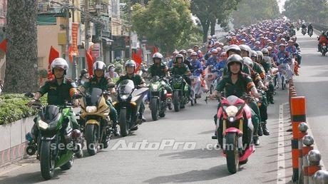 Can canh Kawasaki Z800 len bo ao Hello Kitty cua nu biker 9X - Anh 12
