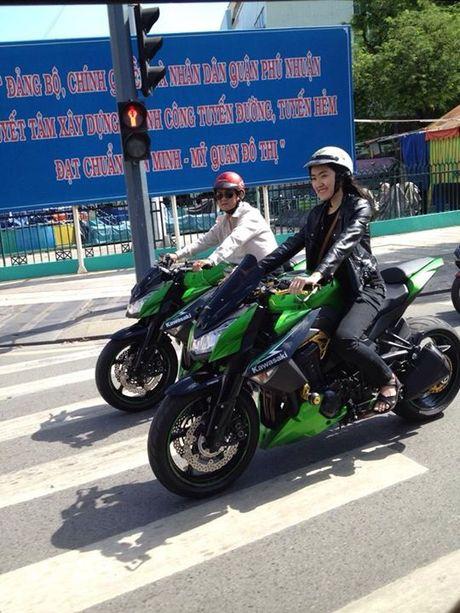 Can canh Kawasaki Z800 len bo ao Hello Kitty cua nu biker 9X - Anh 14