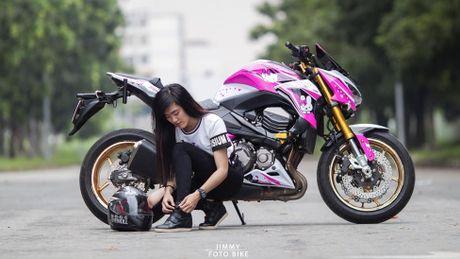 Can canh Kawasaki Z800 len bo ao Hello Kitty cua nu biker 9X - Anh 1