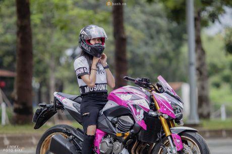 Can canh Kawasaki Z800 len bo ao Hello Kitty cua nu biker 9X - Anh 3