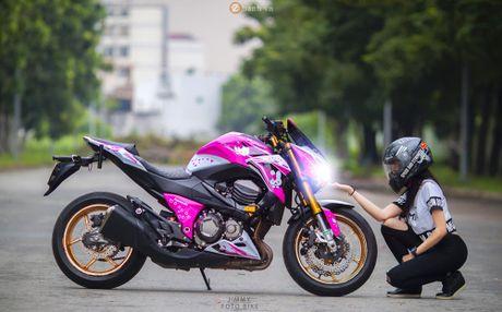 Can canh Kawasaki Z800 len bo ao Hello Kitty cua nu biker 9X - Anh 4