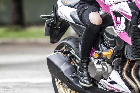 Can canh Kawasaki Z800 len bo ao Hello Kitty cua nu biker 9X - Anh 5