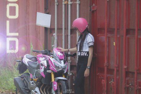 Can canh Kawasaki Z800 len bo ao Hello Kitty cua nu biker 9X - Anh 7