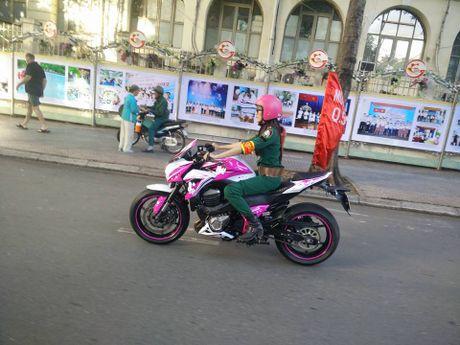 Can canh Kawasaki Z800 len bo ao Hello Kitty cua nu biker 9X - Anh 8
