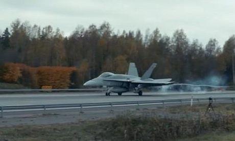Xem chien co F-18 cat canh ngoan muc tu duong cao toc - Anh 1