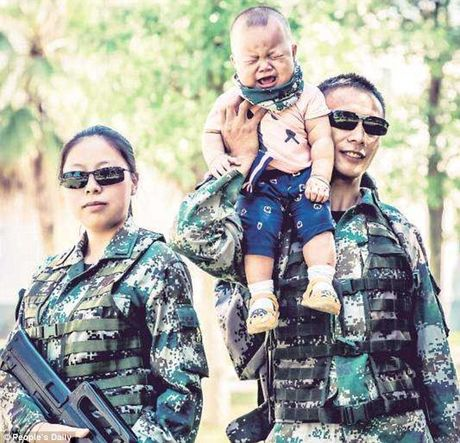 Xuc dong binh si lan dau gap con trai 9 thang tuoi - Anh 4
