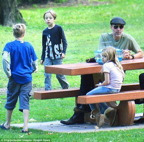 Anh trai Angelina Jolie the chan Brad Pitt? - Anh 2