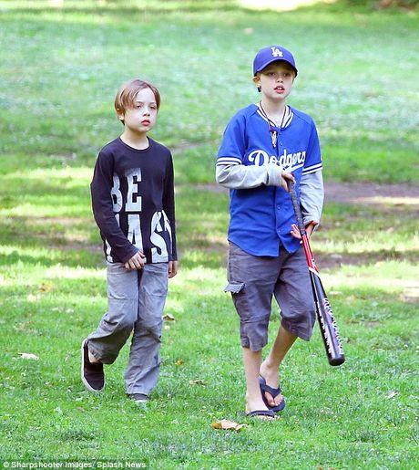 Anh trai Angelina Jolie the chan Brad Pitt? - Anh 6