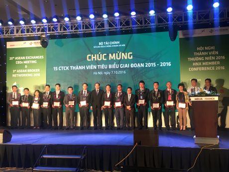 HNX vinh danh 15 CTCK tieu bieu giai doan 2015-2016 - Anh 1