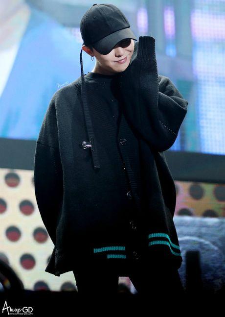 Ao phong, mu do G-Dragon thiet ke bi che gia dat 'lo bich' - Anh 4