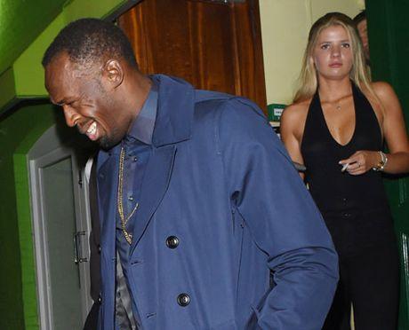 "Sau cau hon, Usain Bolt lai ""bay dem"" ben gai la - Anh 1"